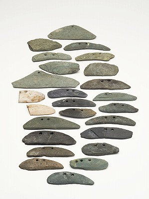 【キャプション】四分遺跡から出土した石庖丁.jpg