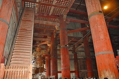 図2「集成材」で作られた大仏殿の柱.jpg