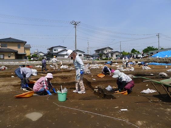 竪穴住居の遺構を掘り下げていきます(東町遺跡).jpg