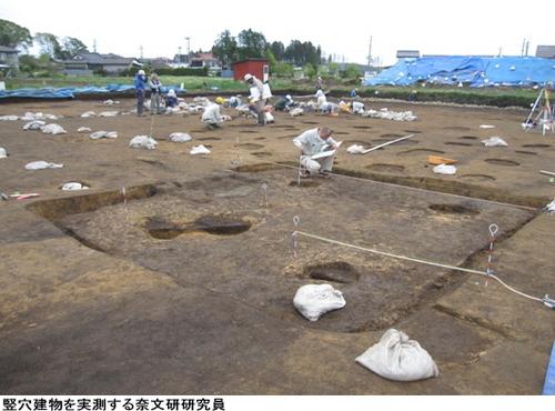 竪穴建物を実測する奈文研研究員.jpg