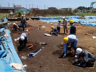 上渋佐原田遺跡では拡張した部分を遺構検出中.jpg