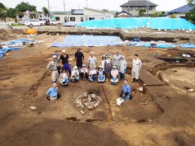 東町遺跡の発掘調査チーム.jpg